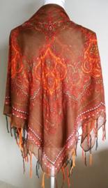Vierkante omslagdoek choklat 1.11x 1.11 cm. In prachtig batik motief met gouddraad en vrolijke gekleurde franje. Van voile crepe.