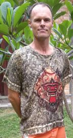 Simpel herenshirt Bali tie dye. Met de draakleeuw uit de barongdans. Met rafelranden aan mouw en boord en twee knoopjes.  Breedte 120 cm, lengte 72 cm. 100 % rayon. Maatbereik t/m maat 58.