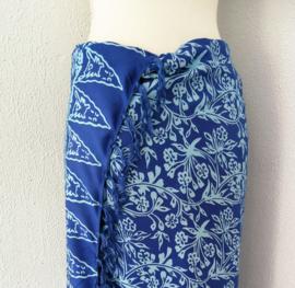 Schitterende batik sarong van zware kwaliteit, blauw tinten. Uit Dian's collectie. 115x150 cm met sarongknoop. 100 % rayon.