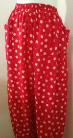 Broek 'Klavertje', rood. Met smal elastiek in tailleband, twee opgestikte zakken en elastiek in enkels. 100% rayon. Maat 36 t/m 40.