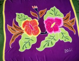 Bali strandlaken met franje, 'Flowers Satu'. 160 X 120 cm, 100 % rayon. Wasbaar op 30 graden. Met bloemetjes sarongknoop.