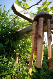 Balinese bamboe/kokosnoot windgong. De wind is wereldwijd eender, het geluid typical Bali. Handgemaakt en de tekening kan afwijken met de foto. Totale lengte 80 cm.