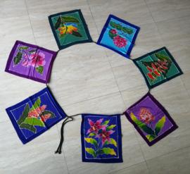 Bali flowers vlaggenlijn. Batik handwerk uit kunstenaarsdorp Ubud. Met de 7 typische Bali bloemen: Hibiscus, Frangipani, Heliconia. Papagaaienbekbloem, Anthurium, Lotus en Desert Rose. 33x26 cm. Inclusief koord 2.80 meter. 100% rayon.