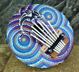 Authentieke Balinese kalimba/duimpiano. Bespeel hem intuitief met je duimen en geniet van het Bali geluid. Beschilderde kokosnoot. Diameter 15 cm.