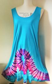 Hemelsblauw tricot jurkje met tie dye rand. Lengte 102 cm, bovenwijdte tot 106 cm, heupwijdte tot 130 cm.