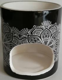 Giftset met  brander zwart of grijs. Deksel beschilderd  Bali zand. Inhoud: wierookhouder, Jasmin en Frangipani insence sticks, twee geur waxinelichtjes, stenen olieschaaltje en 5 x 4,5 ml Essential Oils -  Jasmin, Cempaka, Rose, Ylang Ylang en Green Tea.