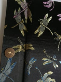 Handgemaakt opschrijfboek zwart. Ongebleekt rijstepapier met schitterende velourse stoffen kaft vol libelles, met kokosknopen 20x23x1,5 cm.