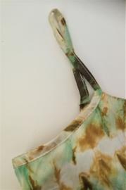 Prachtig handwerk van eigen label. Luchtig wijd zonnejurkje van schitterende tie dye microsilk. Met verstelbare schouderbandjes. Maat 86/92. (1-2 jaar) 100% microsilk uit Java. Handwas.