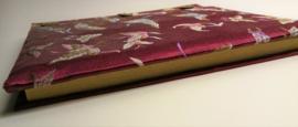 Handgemaakt opschrijfboek rode kool. Ongebleekt rijstepapier met schitterende velourse stoffen kaft vol vlinders. met drie kokosknopen. Handgemaakt 20x23x1,5 cm