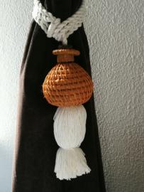 Embrasse van rotan bol. Met dik wit sierkoord en kwast. Lengte koord 30 cm. 2 stuks. Handmade Bali
