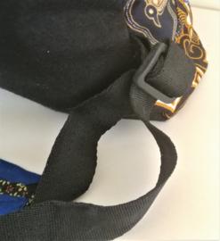 Vrolijke patchwork rugzak. 42x39x12 cm. Hoofdvak met verzonken rits,  voorvak  van 22x20 cm met rits en versteviging op de draagpunten.  Verstelbare schouderbanden en bovenlus.