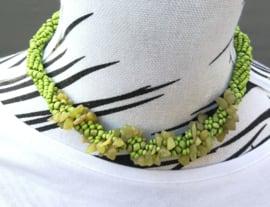 Schitterend kort necklace gedraaid bewerkt met kleine kraaltjes en steentjes. Lengte 41 cm en verstelbaar in twee maten.