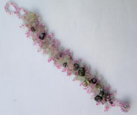 Pastel/ grijs/roze kleurige armband met ingelegde steentjes. 2,5 x 18 cm