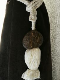 Embrasse van palmhout. Met dik wit sierkoord en kwast. 1 stuks. Lengte koord 30 cm Handmade Bali