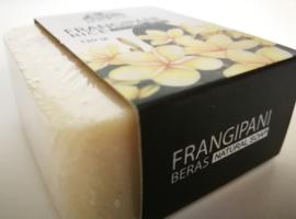 Frangipani Rice Soap. 100% puur Bali. Frangipani bloemenolie, hazelnoot olie en rijst. Rijke scrubzeep voor de verwijdering van dode huidcellen. Stuk van 120 gram. In luxe kado verpakking.
