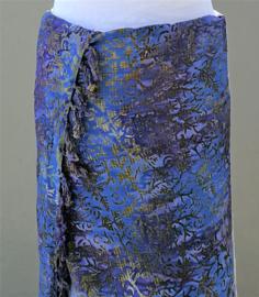 Batik sarong XL. Van extra zware kwaliteit. Uit de Busana Agung collectie en gemaakt met de BingBatik techniek uit Indonesie.  1.25 x 2.00 cm.  100% rayon. Wasbaar op 30 graden. Met sarongknoop.