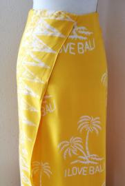 Vrolijk 'Í love Bali' strandlaken/sarong geel/wit. Uit Dian's collectie. 120x150 cm met sarongknoop. 100 % rayon.