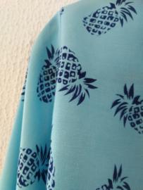 Wikkelvestje ananas  blauw. Met sierlijk uitlopend wijd mouwtje. Lengte wikkel 200 cm. 100% rayon