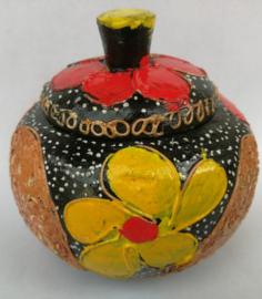 Suikerpot. Juweeltje van Balinees handwerk. Bewerkte kokosnoot, beschilderd met Acryl verf. Diameter 9 cm.