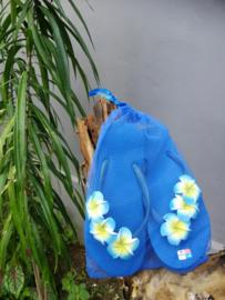 De echte Balinese teenslippers versierd met Frangipani bloemen. In een bijpassend netje. Maat 36
