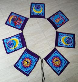 Vlaggenlijn 'meditatie'.  Batik handwerk. 7 vlaggen van 33x26 cm met 4 verschillende afbeeldingen. Lengte inclusief koord  2.80 meter. 100% rayon.