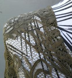 Traditionele Balinese kanten Kebaya olijfgroen. Ned. maat 40/42. Bovenwijdte tot 94 cm.Taille tot 88 cm. Mouwlengte 54 cm. 100% elastische kanten rayon.