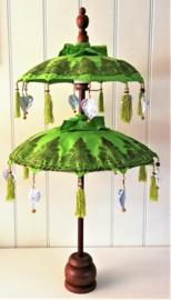 Traditionele ceremoniële Balinese  parasol. Schitterend handwerk, met zeer bijzondere authentieke  details afgewerkt. Op houten voet. Hoogte 94 cm. Diameter parasols 50 en 40 cm.