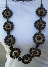 Grote halsketting met negen mandala's. Totale lengte 43 cm.