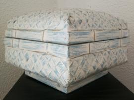 Opbergdoos van zachtblauw white wash. Van zwaar verstevigd bamboe. 28x28x17.