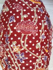 Prachtige ovaalvormige stoffen batik hanglamp. Fitting en snoer niet inbegrepen. Diameter 32 cm, 52 cm lang.