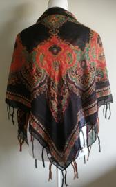 Vierkante omslagdoek zwart 1.11x 1.11 cm. In prachtig batik motief met gouddraad en vrolijke gekleurde franje. Van voile crepe.