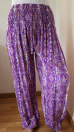 Broek 'Barok batik' lila. Met breed elastiek in taille/ heupband, sierkoordje aan voorzijde, opgestikt zijvakje en elastiek in enkels. Wijde pijp en normaal kruis. Binnenbeenlengte 76 cm. Heupwijdte tot 1.20 m, taille tot max 90 cm. 100% rayon.