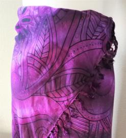 Dubbel batik sarong XL. Uit de Busana Agung collectie en gemaakt met de BingBatik techniek uit Indonesie. 1.15 x 185 cm. 100% rayon. Wasbaar op 30 graden. Met sarongknoop.