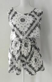 Korte zomerse mouwloze jumpsuit 'mandala art'.  Met grappige brede strikband op de rug, die over over de bh. band valt. Elastische taille en mooi uitgesneden rug. 100% zachte rayon. maat 36 t/m 40.