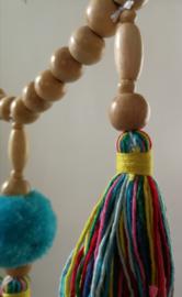 Juweel van een mandala chakra dromenvanger. Deze dromenvanger is gemaakt door een complete Balinese familie. Met een lang snoer van Mala's (gebedskralen) van sawohout. Laat je dromen opnemen in het wiel van de magie. Diameter 43 cm lengte 1.05 cm.