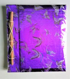Handgemaakt opschrijfboek paars. Ongebleekt rijstepapier met schitterende velourse stoffen kaft vol vlinders. 20x23x1,5 cm.