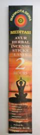 Ayurvedsiche kruiden wierook, voor meditatie en yoga. Inclusief op de achterzijde de tekst van de Balinese Mantra Puja Trisandya. 8 stuks, 31 cm lang met een brandtijd van 2 uur.