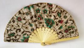 Kleurrijke waaier. Bamboe met batik stof. 21,5 cm.