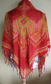 Vierkante omslagdoek bordeaux 1.11x 1.11 cm. In prachtig batik motief met gouddraad en vrolijke gekleurde franje. Van voile crepe.