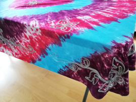 Vrolijk tie dye tafelkleed donkerroze/blauw. Rijk geborduurd met bloemen. 120x160. 100% rayon. Wasbaar op 40 graden. Tekening kan ivm handwerk onderling iets verschillen.