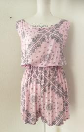 Korte zomerse mouwloze jumpsuit 'pastel droom'. Met grappige brede strikband op de rug, die over over de bh. band valt. Elastische taille en mooi uitgesneden rug. 100% zachte rayon. maat 36 t/m 40