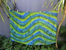 Dubbel batik sarong XL.  Uit de Busana Agung collectie en gemaakt met de BingBatik techniek uit Indonesie.  1.25 x 2.00 cm.  100% rayon. Wasbaar op 30 graden. Met sarongknoop.