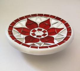 Het beroemde keramische Bali mozaik. Handwerk van stukjes spiegelglas en keramiek. Diameter 11 cm. Beschadiging aan de rand.
