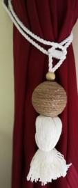 Embrasse van gedraaid touw met sandelhout. Met dik wit sierkoord en kwast. Lengte koord 30 cm 2 stuks. Handmade Bali