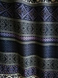 Broek 'Bali bjoetie'. Met breed elastiek in taille/ heupband, sierkoordje aan voorzijde, opgestikt zijvakje en elastiek in enkels. Ruimvallende pijpen en normale hoogte kruis. 100% rayon. Binnenbeenlengte  77 cm Maat 36 t/m 42