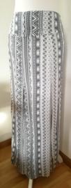 Bali rok 'Abu-abu'. Met halve elastische band en brede voorband. Twee loopsplitten  midden voor. Heupwijdte 110 cm taille 82 cm. Lengte 99  cm.