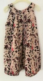 Prachtig handwerk van eigen label. Schitterend jurkje van authentieke Balinese ceremonie stof. Mouwloos modelletje met stolpplooien vanuit de halslijn. Sluit met een tweetal knoopjes achter. Maat 122/134 (7-9 jaar) 100% rayon, wasbaar op 30 graden.