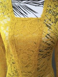 Traditionele Balinese kanten Kebaya oker. Ned. maat 36/38 Bovenwijdte tot 88 cm, taille tot 80 cm. Lengte mouw 51 cm. 100% elastische kanten rayon.