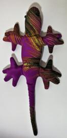 Gekko zwaarte knuffel L. Gevuld met Bali zand. 793 gram, 37 cm lang. Leverings uit assorti. Batik printjes kunnen onderling wat verschillen.