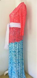 Weergaloos zomerse Balinese set. Kebaya flamingo. Bovenwijdte tot 90 cm, taille tot 88 cm. Maxi rok met twee loopsplitten Elastische band achter, taille 80 cm, lang 99 cm. Met selendang.100% rayon. Maat 36/38